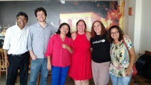 Fundadores Marcelo (de branco) e Lissandra (de preto) com equipe